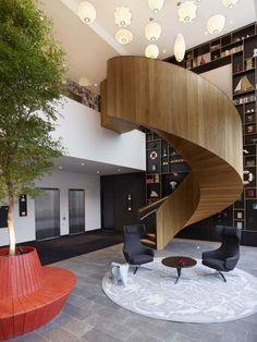 escalier colimaçon en bois moderne, avec un garde-corps en bois