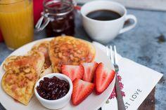 Ráérős, különleges reggelekre vagy uzsonnára, tökéletes választás lehet ez a gyorsan elkészíthető amerikai palacsinta, gyors eperöntettel.  Imádjuk! :) French Toast, Breakfast, Food, Morning Coffee, Essen, Meals, Yemek, Eten