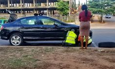 Nigerian Police Officers Pictured Helping A Woman Replace Her Car Tyre In Abuja http://ift.tt/2qkFkbB