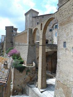 Immagine dell'acquedoto romano di Pitigliano