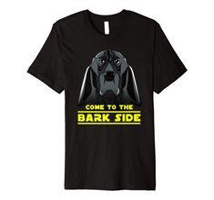 Come to the bark side ist das ideale Geschenk für Hundebesitzer von Basset Hund, Bluthund, Deutscher Kurzhaar uvm. Dieses Tier Kunst Shirt mit Hundegrafik und lustigem Science-Fiction Spruch ist für Hundeliebhaber, Tierfreunde und für alle die den 80er Kinohit lieben. Wars für dich auch einer der besten SciFi Movies? Feiere den Film und den düsteren Star in diesem Film mit dem passenden Shirt. Side, Science Fiction, Mens Tops, Bloodhound, Basset Dog, Dog Owners, Cool Sayings, Gift, Art