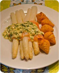 Spargel mit Räucherlachs und Eier-Kräuter-Senfsauce
