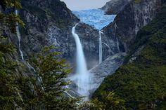 Noelegroj (De regreso de Carretera Austral) posted a photo:  El Parque Nacional Queulat se ubica 165 kms al norte de la ciudad de Coyhaique en la Region de Aysen a tan solo 6 kms de Puyuhuapi. Con mas de 4000mm de lluvia al año se caracteriza por su abundante vegetacion, una verdadera jungla siempreverde de Bosque Patagonico Valdiviano y tambien por su abrupta geografia que ofrece pristinos e intocados paisajes como fiordos, montañas, multliples lagos y lagunas, ventisqueros, rios y…