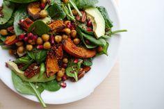 Winterse salade met geroosterde pompoen en kikkererwten