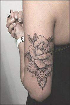 Suzi Tattoo mandala avec fleur pivoine derriere et haut du bras, mandala avec fleur pivoine derriere et haut du bras Soyez inspirée avec ce tatoo : Tatouage femme mandala avec fleur pivoine derriere et haut du bras. Half Sleeve Tattoos Designs, Tattoo Designs For Girls, Tattoo Girls, Girl Arm Tattoos, Tribal Tattoos Girls, Girl Flower Tattoos, Little Flower Tattoos, Pretty Skull Tattoos, Lace Skull Tattoo