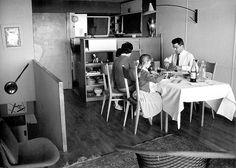 Le Corbusier, L'Unité d'habitation de Marseille, 1950 © Fondation Le Corbusier La personne qui fait la cuisine participe à la vie de famille, aux dîners entre amis.  « À la ménagère, écrit Charlotte Perriand, d'avoir le sens de l'ordre comme un barman, et aux ingénieurs d'assurer une parfaite aspiration des odeurs et des fumées ».  326 cuisines furent fabriquées en série pour l'Unité d'habitation de Marseille.