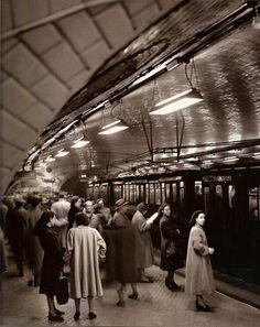 Metro de la Puerta del Sol visto por Francesc Catalá-Roca. Años '50.