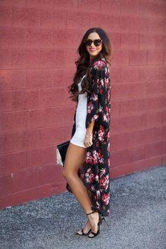 Chica usando un kimono largo en color negro con flores