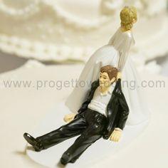 Lei trascina lui  Cake topper spiritoso e umoristico che ritrae una sposa che trascina la sua preda: lo sposo.  www.progettowedding.com