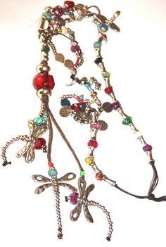 volaremos. Collar largo realizado en hilo de algodón, zamak y resina. Medida collar: 70 cm + Medida colgante: 12 cm