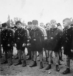 """Panzer-terror: """"Júnior membros da Juventude Hitlerista se preparam para uma marcha rota.  """""""