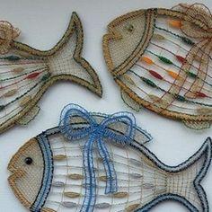 Pro zákazníka z České republiky, stejně jako v případě prasátek, zvonečků a sněhuláků. Zlatá nebo stříbrná metalická příze Titano doplněná perlovkou a dalšími materiály v různých barevných kombinacích. Krajka je našitá na kostře, kterou jsme nechaly vyrobit na míru. Návrh … Types Of Lace, Bobbin Lace Patterns, Ceramic Fish, Lace Heart, Lace Jewelry, Lace Design, String Art, Lace Detail, Creations