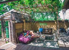 Chill Sunday afternoon under the passion fruit vines : @brianaautran  #weekend #chill #sunday #relax #passionfruit #fruit #farmlife #goodliferetreat #livewell #smallfarm #community #workaway #permaculture #goodearthfarmbali #ubud #bali