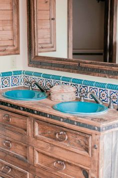 We're celebrating a home design & decor style we love with a tour of a cozy, rustic, unique territorial style home in Phoenix, Arizona that's one for the books. This stunning home takes Southwestern s Boho Glam Home, Southwestern Home Decor, Southwestern Decorating, Southwest Style, Southwestern Tile, Home Design Decor, Home Decor Styles, Cottage Design, Cottage Style