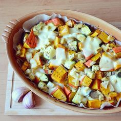 Hokkaido, cuketu a tofu nakrájíme na kostky, česnek na plátky. Smícháme v zapékací míse s majoránkou, pepřem a solí.Vejce rozmícháme a celou směs... Hawaiian Pizza, Mozzarella, Tofu