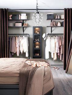 modelos de closet barato com araras e porta de cortina