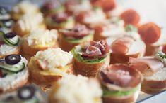 Ecco la nostra ricetta per preparare il vassoio di tartine miste perfetto per accompagnare un aperitivo o iniziare un pranzo in allegria