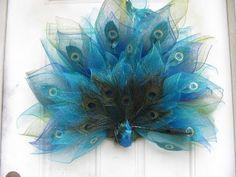 1 of 3 How To Make Carmen's, Fancy Peacock Wreath - Wreath Ideen Peacock Wreath, Peacock Crafts, Peacock Decor, Tulle Wreath, Peacock Colors, Peacock Design, Peacock Feathers, Deco Mesh Crafts, Wreath Crafts