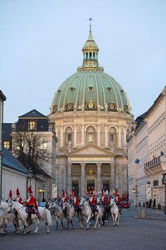 I anledning af nytårskur på Christianborg Slot fredag den 4. januar kørte Regentparret i guldkaret fra Amalienborg til Christiansborg Slot. På billedet sesGardehusarregimentets Hesteskorte, der eskorterer guldkareten, ved Amalienborg Slotsplads med Marmorkirken i baggrunden.