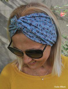 Fascia Miranda - Un accessorio per tutte le stagioni - Anna Borrelli Turban Headbands, Diy Headband, Scrunchies, Fabric Covered, Sewing Projects, Anna, Arts And Crafts, Couture, Accessories