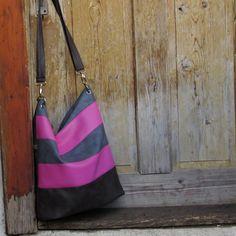 Zoe-+šedorůžová+crossbody+kabelka+ve+větší+velikosti+ušitá+z+barevných+koženek+-růžová,+šedá+a+šedohnědá+s+oválným+dnem,pevně+vyztuženým+na+zadním+jednobarevném+díle+zipová+kapsa+kabelka+má+zipové+zapínání+uvnitř+bavlněná+látka+dvě+různě+velké+kapsičky+jedna+zipová+kapsička+uvnitř+popruh+dlouhý+cca120cm+rozměr---40+cm/30cm//měřeno+uprostřed+...