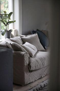 Efter att ha levt sofflösa några veckor känns den här soffan helt magisk. Så himla nöjd med den och det beiga linnetyget är så himla fint!Den här soffan är betydligt lägre än den vi hade tidigare…