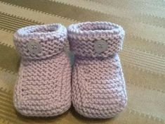 Video tutorial passo passo per realizzare delle semplici scarpine da neonato.