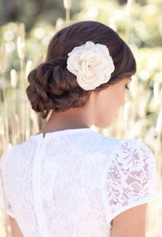 Peinados modernos con flores naturales: torsadas y chignon (o chongo) hacia un costado con un paso a paso.