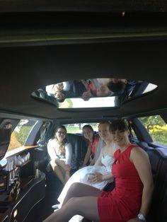 Braut mit ihrer Trauzeugin und Freundinnen