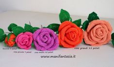 rose uncinetto con gambo aperte: schemi e tutorial - manifantasia Roses Au Crochet, Crochet Puff Flower, Crochet Flower Patterns, Love Crochet, Crochet Flowers, Knit Crochet, Mini Roses, Floral Motif, Diy Flowers