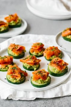 exemple apero dinatoire chic et simple rondelle de concomnre avec purée d avocat saumon fumé et oignon vert avec des épices simples amuse bouche aperitif facile Healthy Appetizers, Appetizer Recipes, Healthy Snacks, Snack Recipes, Healthy Recipes, Healthy Fats, Avacado Appetizers, Shrimp Avocado, Recipes Dinner