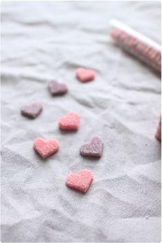 Lorsque j'ai vu qu'on pouvait faire ces petits sucres décoratifs maison, je me suis empressée de les essayer. A l'approche de la saint-valentin, ils sont p