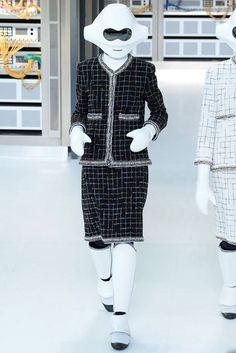 Chanel Spring 2017 Ready-to-Wear Fashion Show at Karl Lagerfeld still has it Fashion Week Paris, Fashion 2017, Couture Fashion, Fashion Show, High Fashion, Funny Fashion, Vogue Paris, Karl Lagerfeld, Primavera Chanel