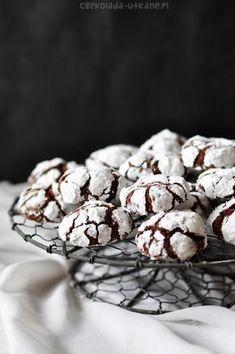 """Jestem totalnie oczarowana tymi ciasteczkami. Są przeurocze, smaczne, a dodatkowo ich fotografowanie to niesamowita frajda Widzę, że powoli zaczynacie buszować w zakładce """"Boże Narodzenie"""" – myślę, że te ciacha nadają... Chocolate Crack, Chocolate Crinkles, Chocolate Cookies, Sweet Recipes, Cake Recipes, Dessert Recipes, Cracked Cookies, Yummy Treats, Yummy Food"""