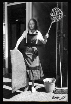 Housewife cleaning doormat with carpet-beater, 1955 - Nationaal Archief of the Netherlands Vintage Pictures, Old Pictures, Old Photos, Time Pictures, Monalisa, Vintage Housewife, The Good Old Days, Vintage Photographs, Belle Photo