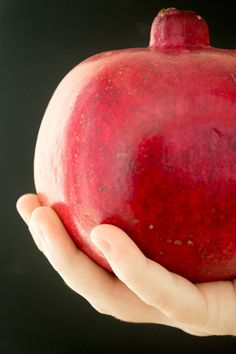 10 wonderful ideas for enjoying nature's most beautiful, and confounding, fruit! I never know what to do with this fruit. Fruit Recipes, Vegan Recipes, Cooking Recipes, Pomegranate Recipes Healthy, Cooking Tips, Fruits And Veggies, Vegetables, Food Hacks, Sweets
