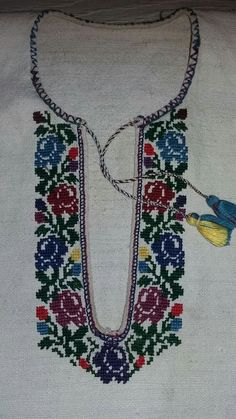 Борщівська Embroidery Stitches, Embroidery Patterns, Cross Stitch Patterns, Palestinian Embroidery, Afghan Dresses, Vintage Cross Stitches, Embroidered Bag, Mexican Style, Cross Stitch Flowers