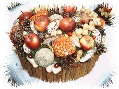 Heerlijke taart voor onze gevleugelde vrienden! Piepschuim taartvorm met kaneelstokjes en bovenop, appels, pindanootjes, zonnepitten, mezenbollen, mos en dennenappels.