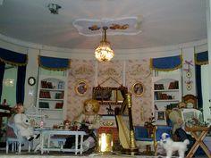 Escena en miniatura que sirve de decoración de una mesa-licorera by dodo Arts and Crafts, via Flickr