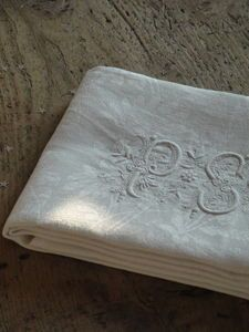 Reminds me of my wife wedding handkerchief! Via embroidered napkins /www.espritchampetre.canalblog.com -
