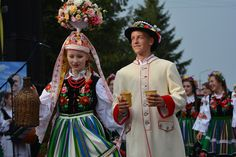 Bride and groom from the region of Łowicz, Poland. Folk Costume, Costumes, Polish People, Polish Folk Art, Hair Ornaments, Bridal Flowers, Traditional Dresses, Folklore, Wedding Couples