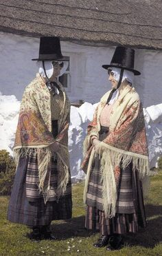 Women in Welsh costumes of Ynys Môn (Anglesey) Wales, UK Traditional Fashion, Traditional Dresses, Anglesey Wales, Welsh Lady, European Costumes, Costumes Around The World, Visit Wales, Cymru, Folk Costume