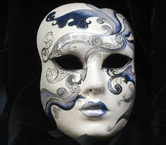 Or19 - Maschera realizzata in cartapesta. Il disegno è realizzato con colori acrili a mano libera, rendendola quindi assolutamente unica. Infine, la maschera è impreziosita dalla tecnica dello screpolato.
