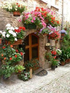 Spello: finestre, balconi e vicolo fioriti