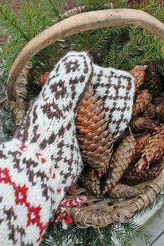 Christmas in my hands Christmas Farm, Merry Christmas To You, Woodland Christmas, Christmas Morning, Christmas Colors, Rustic Christmas, Christmas And New Year, Vibeke Design, Autumn Cozy