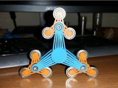 This fidget spinner has spinners on spinners on… via Thingiverse shared by bda: And finally She came – The Queen of all spinners. Need to print: 3x nano spinner without a caps ( 6x mini…