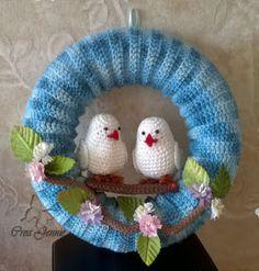 Crochet Wreath, Easy Crochet, Crochet Hats, Crochet Stitches, Crochet Patterns, Fused Glass Art, Summer Wreath, Amigurumi Doll, How To Make Wreaths