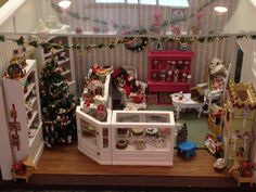 Dollhouse Christmas Shop Christmas Boxes, Christmas Room, Cozy Christmas, Christmas Shopping, Christmas Ornaments, House Inspirations, Miniature Christmas, Stalls, Miniture Things
