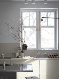 Luxury Kitchens Beautiful shadows in a pale modern kitchen with cream kitchen units and splashback Modern Kitchen Interiors, Modern Kitchen Design, Interior Design Kitchen, Modern Interior Design, Minimal Kitchen, Cream Kitchen Units, Kitchen Tops, Kitchen Decor, Kitchen Styling
