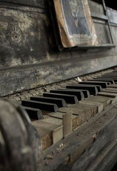 Abandoned and forgotten - Piano Old Buildings, Abandoned Buildings, Abandoned Places, Vieux Pianos, Old Pianos, Abandoned Mansions, Old West, Old Houses, Alter